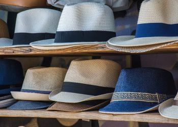 Kapelusze i czapki na półce