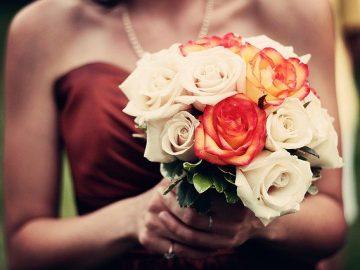 Kobieta w weselnej kreacji