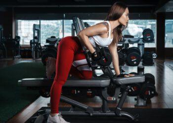 kobieta na siłowni w stroju sportowym